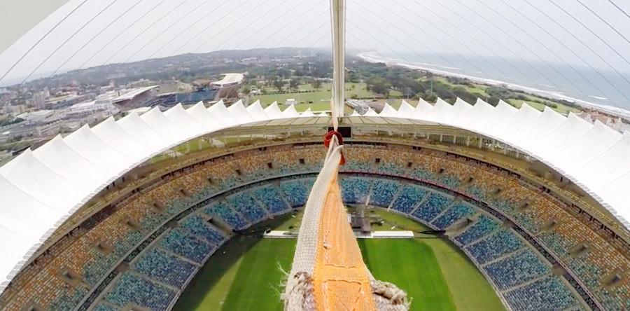 VÍDEO: Emoção e queda livre dentro do estádio!